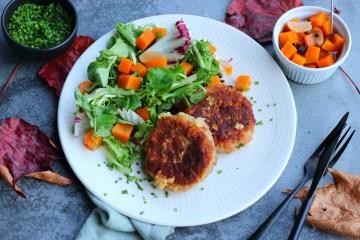 Südtiroler Kaspressknödel mit Salat und eingelegter Kürbis