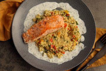 Gebratene Lachs mit Paprika Couscous und Minze Joghurt