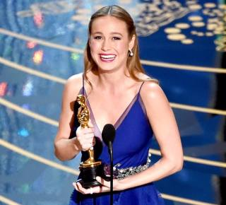 """Brie Larson recebendo o Oscar de """"Melhor Atriz"""""""