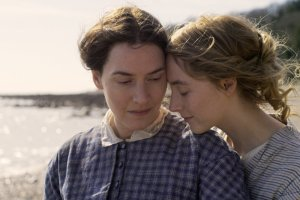 Mary Anning (Kate Winslet) e Charlotte Murchinson (Saoirse Ronan)