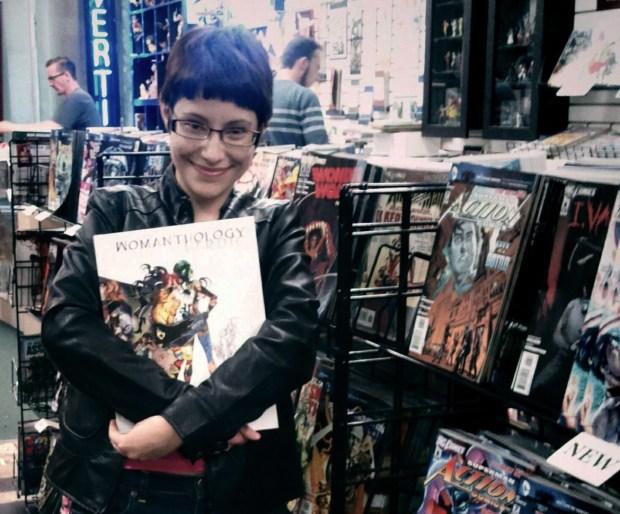 """Jody Houser segurando a edição de """"Womanthology: Heroic"""", antologia que participou."""