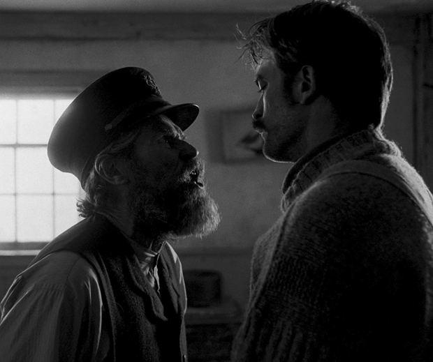 """Willem Dafoe e Robert Pattinson em cena de """"O Farol"""""""