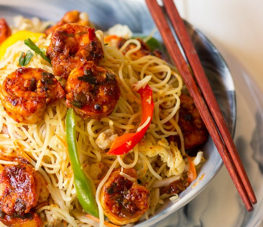 Hakka noodles with chilli garlic prawns
