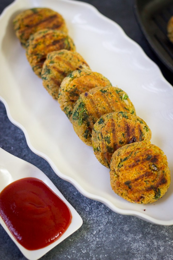 Quinoa patties made with spinach and chickpeas are perfect as healthy snacks. These crispy quinoa cakes or burgers are completely vegan, gluten free and nut free and made with very little oil!