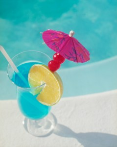 Looking for a healthier, less sugary summer cocktail to sip poolside? We've got you covered!