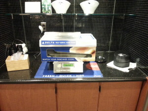 Pancake machine and breakfast in DTW skyclub Delta points blog (1)