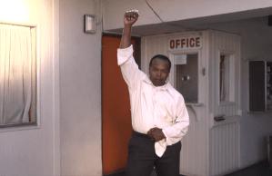 Un hombre bailando ocupa por completo el excelente videoclip de Lonely boy