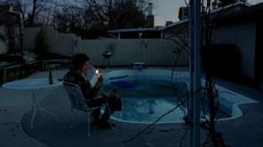 Walt, en la piscina de su casa, al darse cuenta de que su mundo está a punto de desmoronarse