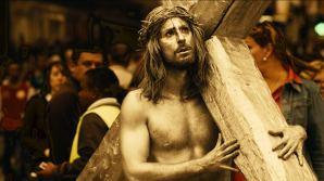 Uno de los ladrones se disfraza de artista callejero haciendo de Jesucristo
