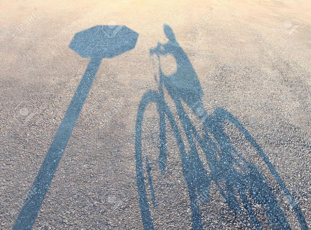 21971118-seguridad-de-bicicletas-y-el-concepto-de-seguro-de-accidentes-con-la-sombra-de-un-ni-o-en-una-bicicl-foto-de-archivo