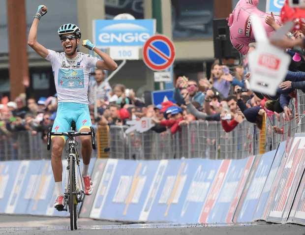 Fabio Aru ganando una etapa del Giro de Italia 2015