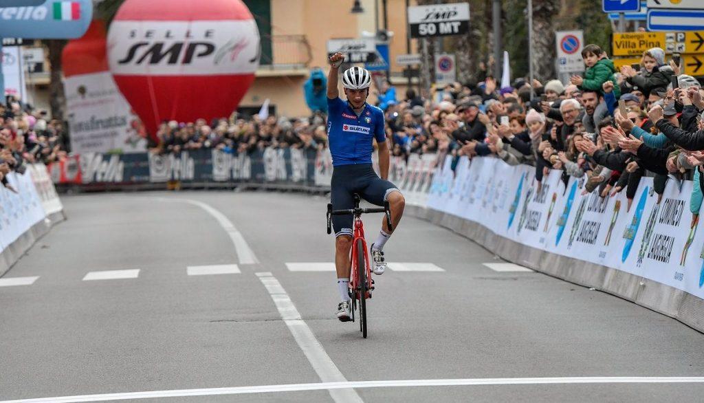 Giulio Ciccone ganando el Trofeo Laigueglia 2020