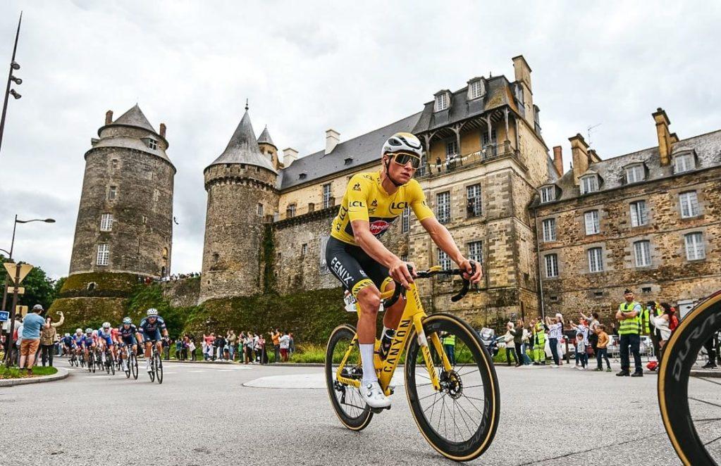 Mathieu Van Der Poel vestido de amarillo