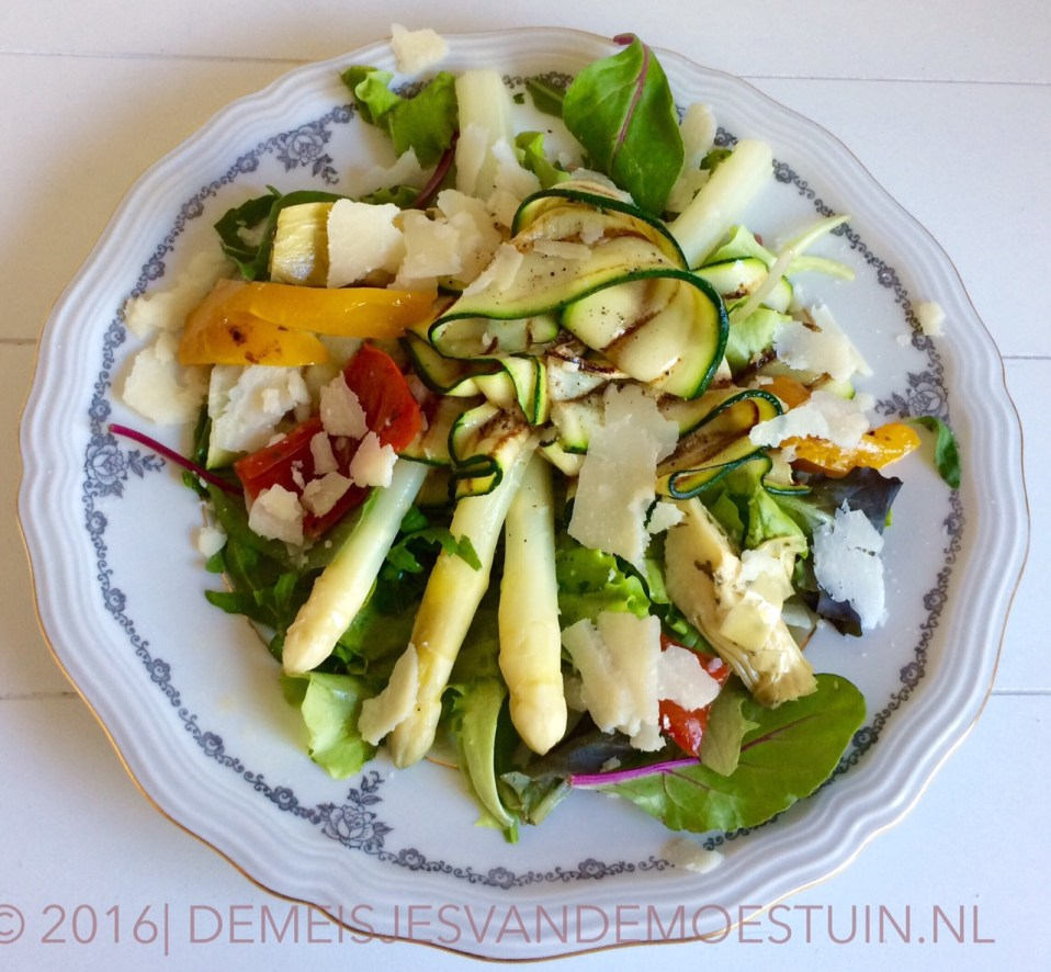 salade met witte asperges, gegrilde courgette en ceasar dressing
