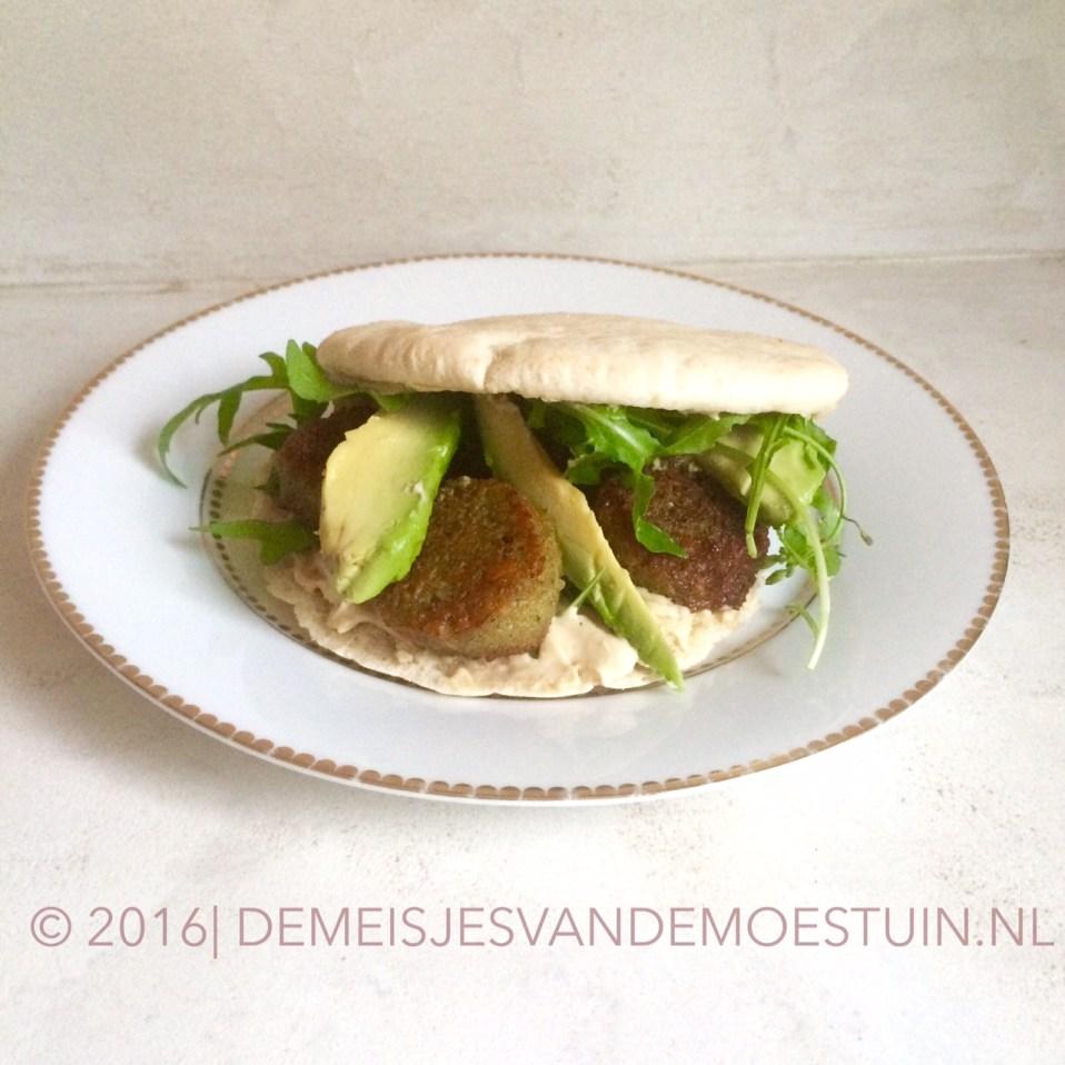 pitabroodje met rucola, hummus en falafel