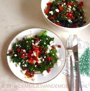 pittige salade van boerenkool met chorizo en feta