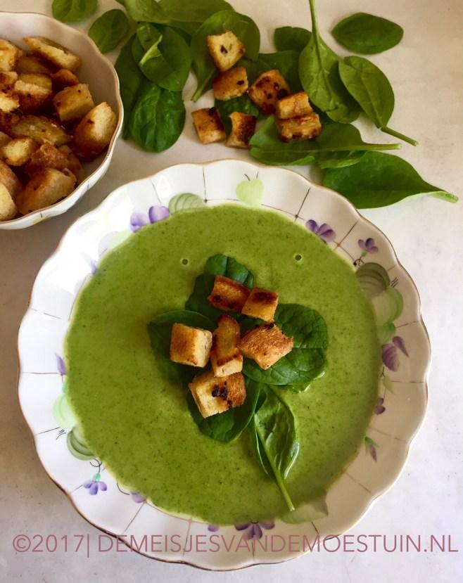 courgette-spinaziesoep met knoflookcroutons