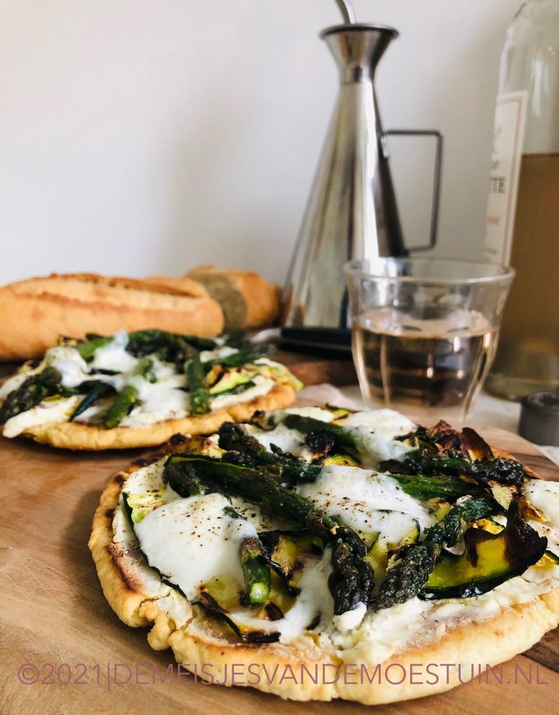 snelle pan pizza met ricotta en voorjaarsgroentes