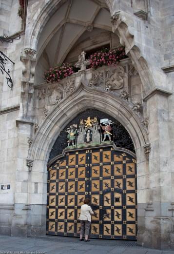 Marienplatz. An employee unlocks the gate of New Town Hall