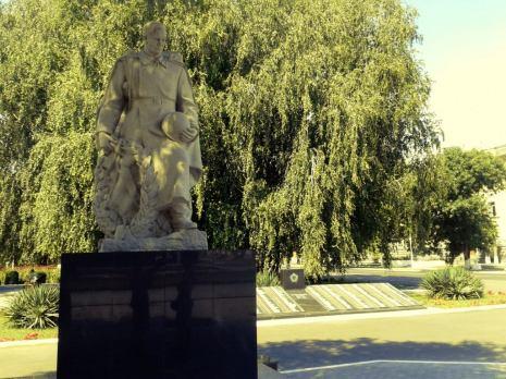 Monumentul dedicat eroului sovietic, eliberatorul patriei, în cel de-al doilea război mondial