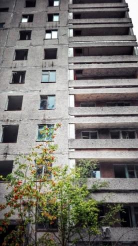 Bloc de locuințe cu multe etaje, în prezent o ruină