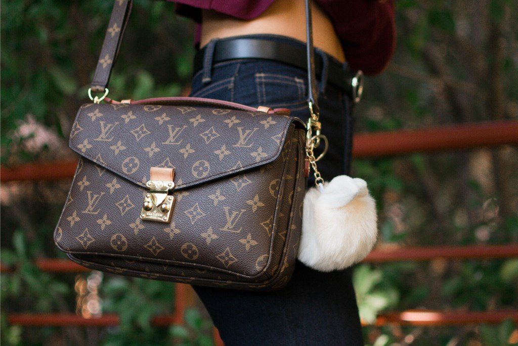 Lifestyle blogger Demi Bang talks about what she keeps in her louis vuitton pochette metis bag and her review.