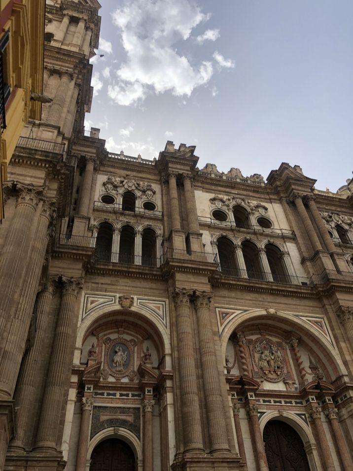 De grootste kathedraal van Malaga, die tot op heden nog steeds niet af is en nooit afgemaakt zal worden! Wist je dat deze kathedraal maar 1 torren heeft? Raar hé. Maar dat omdat er niet genoeg geld is om hem af te maken.