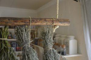 rustikale hängestange als dekor, küchenorganizer oder kräutertrockner.