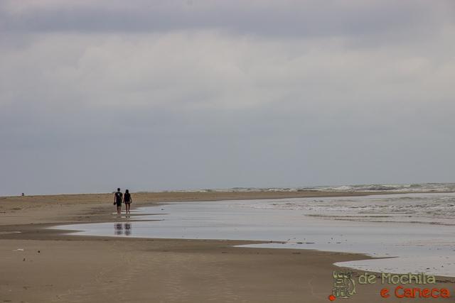 Ilha de Superagui-caminhada até a praia deserta.