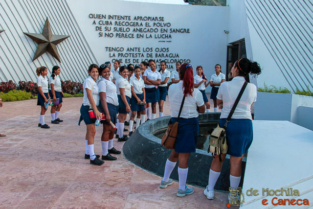 Santiago de Cuba-Estudantes cubanas visitando a Plaza de la Revolución.