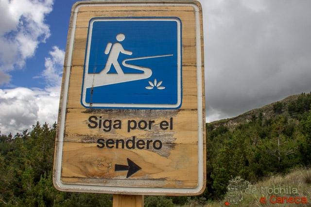 trilha que contorna a cratera do Vulcão Quilotoa-