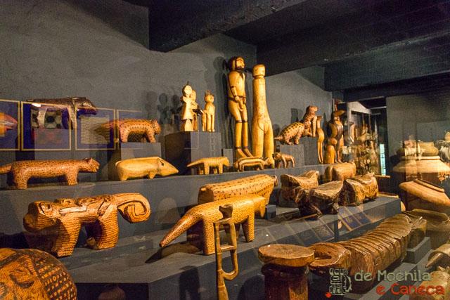 Arte indígena em madeira.
