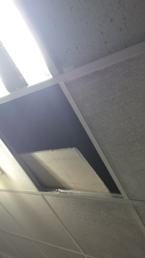 Faux plafond abîmé à la patinoire de Charras