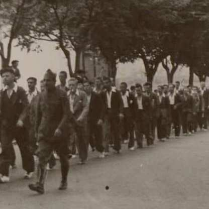Maley with prisoners returning to Glasgow.jpg 1