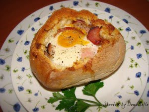 Chifla umpluta cu ou si bacon