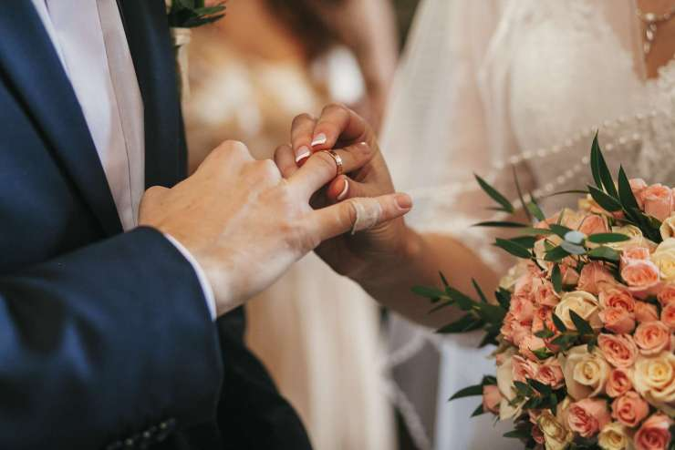 La mariée passe la bague au doigts de son mari