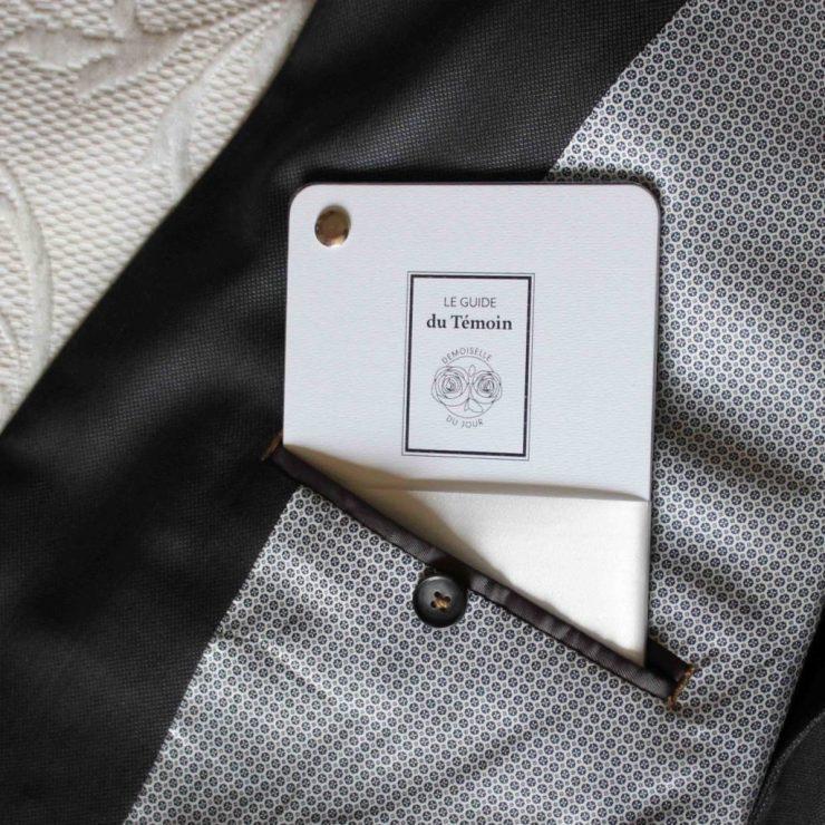 Notre guide du témoin se glisse parfaitement dans la poche interne du costume ! Un cadeau parfait pour l'annonce officiel du témoin de mariage