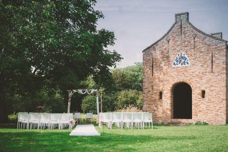 cérémonie à côté d'une abbaye. La cérémonie a lieu à l'extérieur car il fait beau