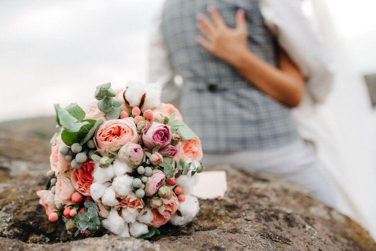 Bouquet de fleur avec des fleurs de coton, des roses, et d'autres fleurs.