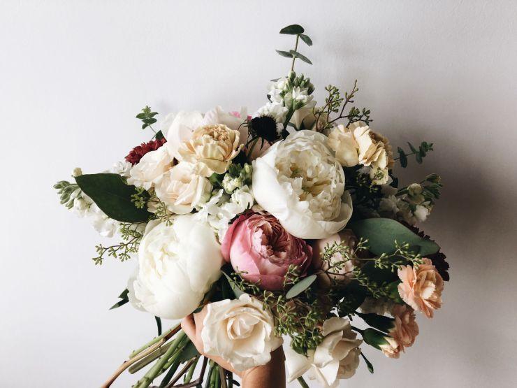 bouquet de fleurs avec des pivoines et des roses.