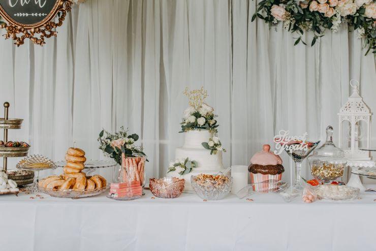 Table avec plusieurs gâteau mis en scène