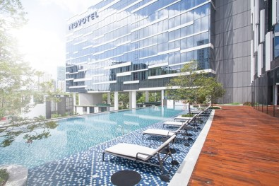 Facade and pool of Novotel Singapore on Stevens