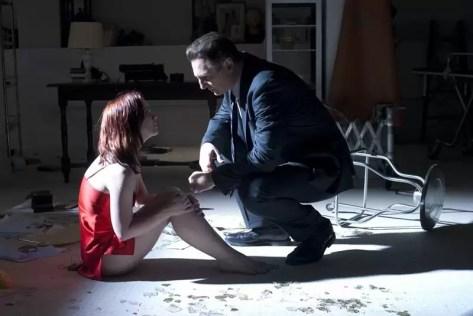 Anna Taylor (Christina Ricci) op de vloer met Eliot Deacon (Liam Neeson) - After.Life