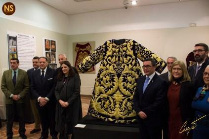 En la imagen, Carla Elena a la derecha de la túnica bordada del señor de la Salud de los Gitanos durante la presentación de la misma, obra del taller de Sucesores de Elena Caro.