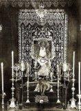 Cultos de 1934 en la Exaltación con la virgen de las Lágrimas sentada en un trono y el crucificado a sus pies