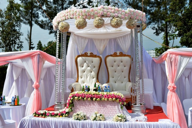 Wedding Stage Decoration Materials The Difference Between Out Door And Indoor Wedding Decor My