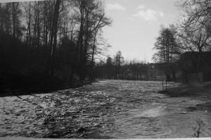 Rozvodněná Vrchlice u Cimburku, rok 1927