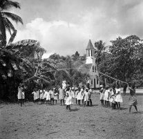 Basischool vermoedelijk te Ganzee, nu Brokopondomeer, 1947. Nationaal Archief cc-by-sa