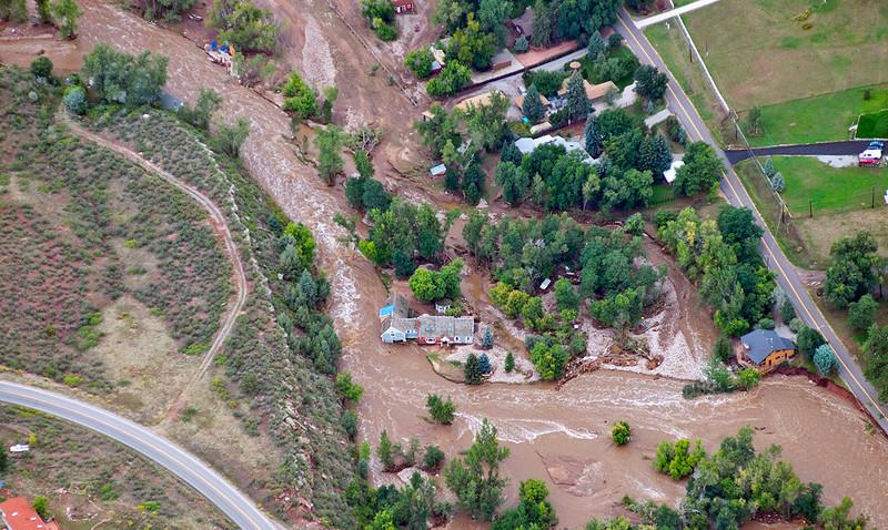 Phyllis en John's huis na de september 2013 overstroming. De rivier nam een andere koers (het stroomt nu hoofdzakelijk aan de noordkant), de grond onder hun huis geërodeerd en hij van zijn grondslag opgeheven. Hun huis EN hun eigendom is veroordeeld zoals het nu in de overstromingszone is (Foto door John Wark, Speciaal voor de Denver Post).