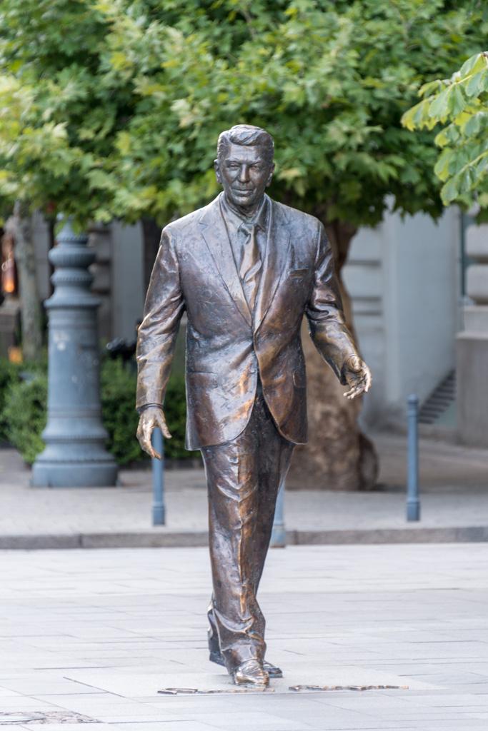 .... Beware, USSR, Ronald Reagan is coming.
